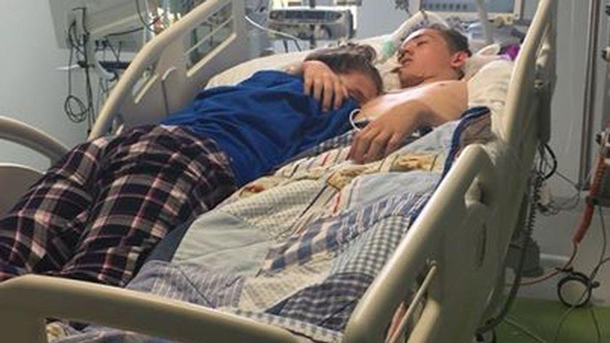 """Duerme abrazada a su novio antes de que lo desconecten para que muera: """"Haré que te sientas orgulloso de mi amor"""""""