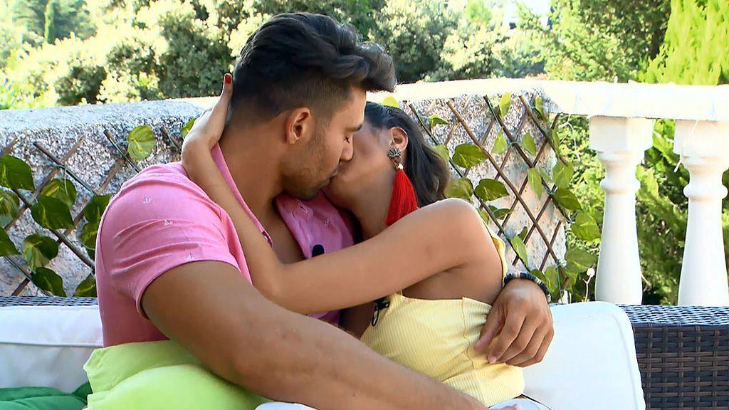 Cita Marina y Moha: cariñosos y besucones
