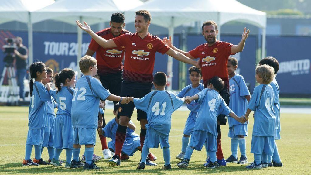 Mata, Ander Herrera y Mourinho se enfrentan en un partido a un equipo formado por...¡cien niños!