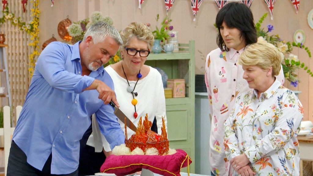 Los jueces Paul Hollywood y Prue Leith, junto a los presentadores Noel Fielding y Sandi Toksvig, en el cuarto programa de la octava temporada de 'The great british bake off'.