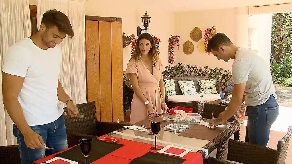 El romanticismo de Pablo y Moha: preparar la mesa, elegir la ropa...