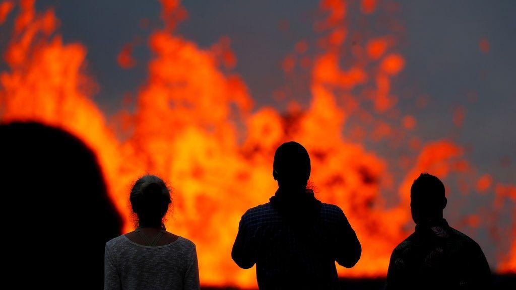 Salpicaduras que deja el flujo de lava en Hawai