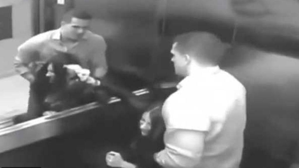 El brutal ataque de un hombre a su mujer en un ascensor