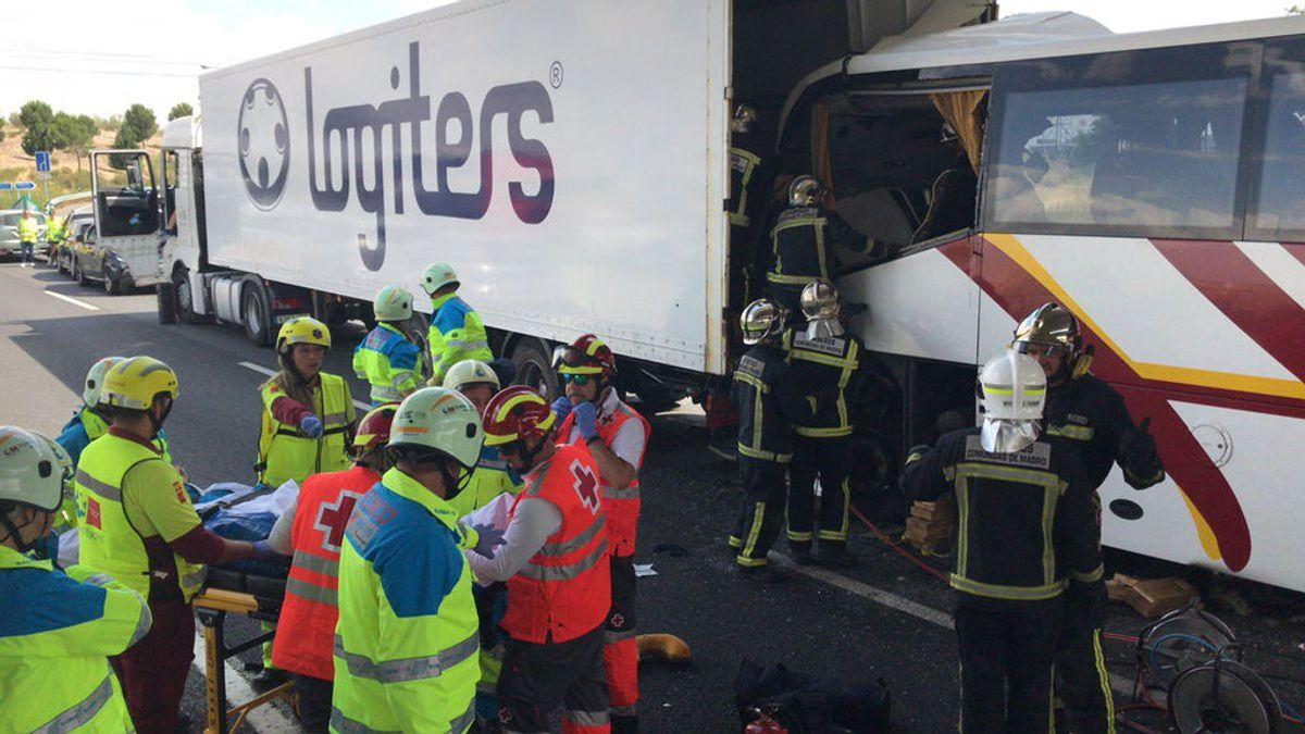Muere el conductor de un autobús en un accidente múltiple con nueve heridos en Madrid
