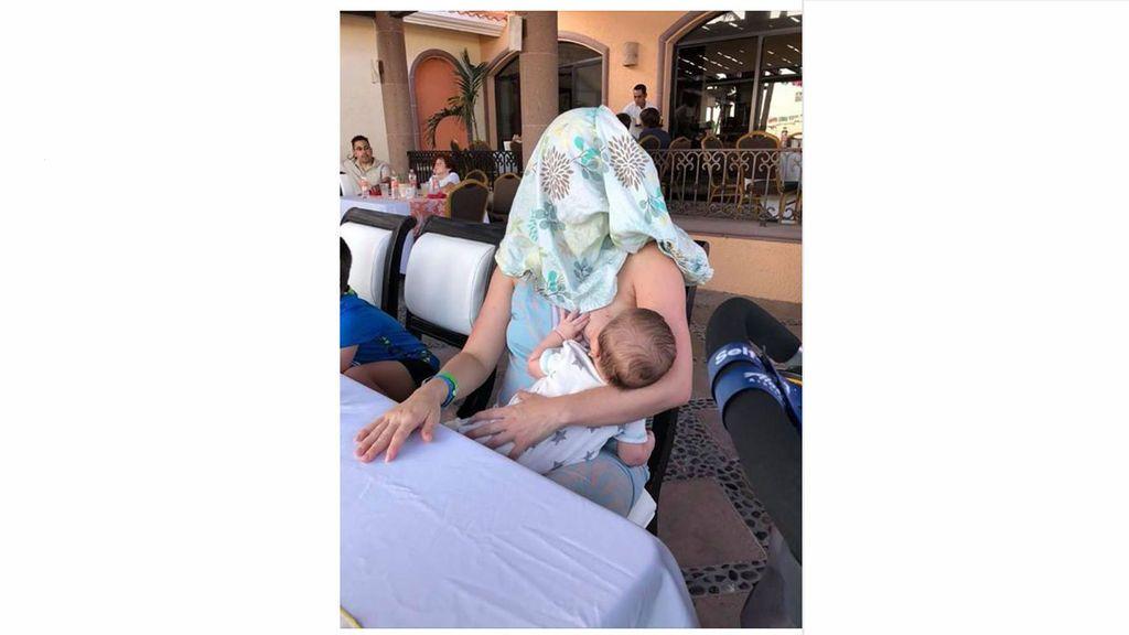 Una mujer es recriminada por dar el pecho a su hijo en público y hace esto