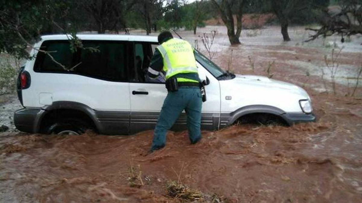 Rescatan a tres personas de un coche atrapado en una crecida causada por una tormenta en Teruel