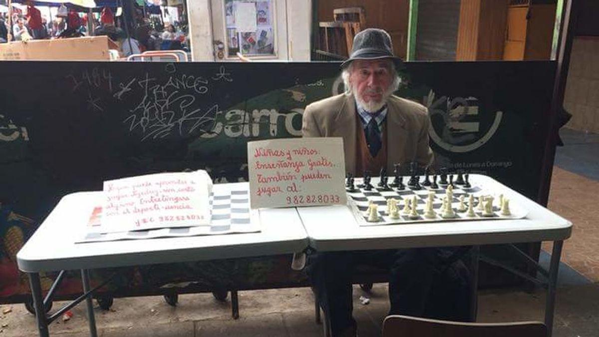 Un señor ofrece clases gratuitas de ajedrez y se vuelve viral en las redes
