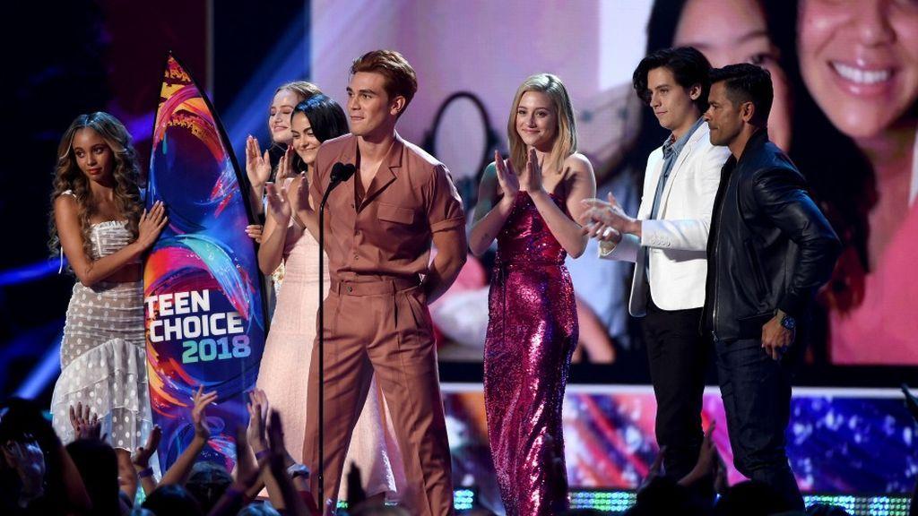 El reparto de 'Riverdale' recoge el premio Teen Choice a mejor serie dramática, el 12 de agosto de 2018.
