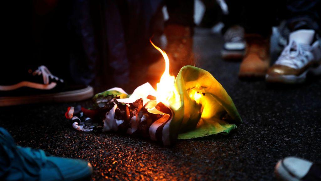 Incendian una bandera en señal de protesta