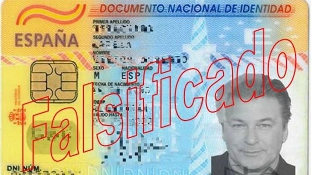 Un falsificador utiliza un DNI con la foto de Alec Baldwin para abrir cuentas bancarias