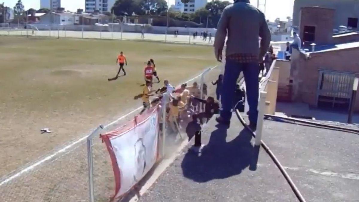 Lamentable pelea en un partido de fútbol femenino argentino: ¡las empotraron contra una valla!