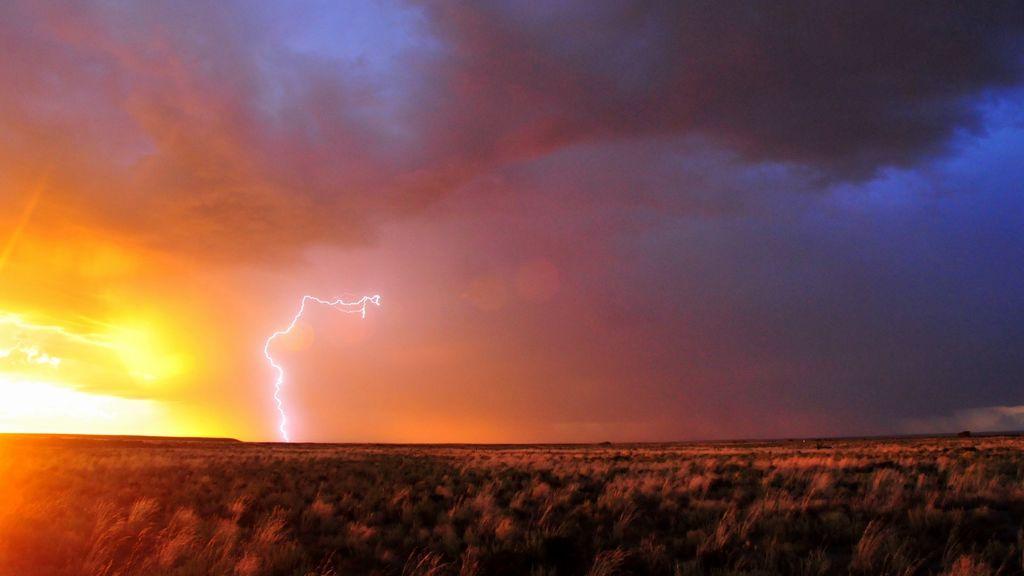 Precaución por tormentas eléctricas en el interior y este peninsular: qué hacer si te pilla en medio de la nada