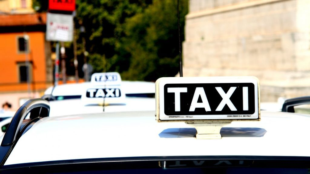 Se niega a pagar un viaje en taxi de Gijón a Oviedo y el taxista la lleva de vuelta