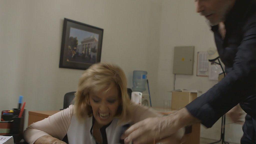 ¡Vaya susto! María Teresa Campos se cae al sentarse y a sus hijas casi les da algo