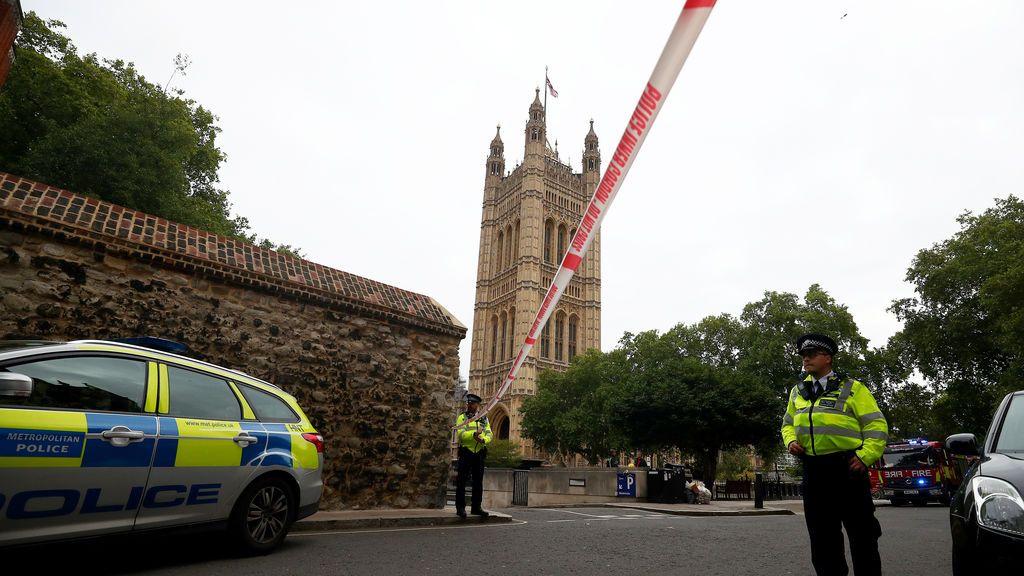 Un coche choca contra el Parlamento británico