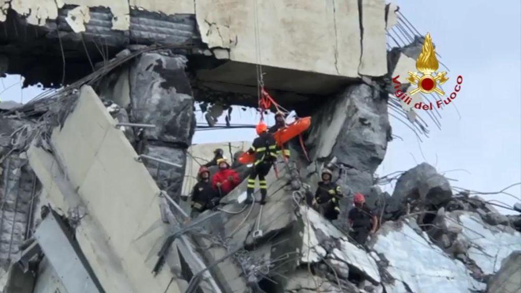 400 bomberos trabajan sin descanso en el puente derrumbado de Génova