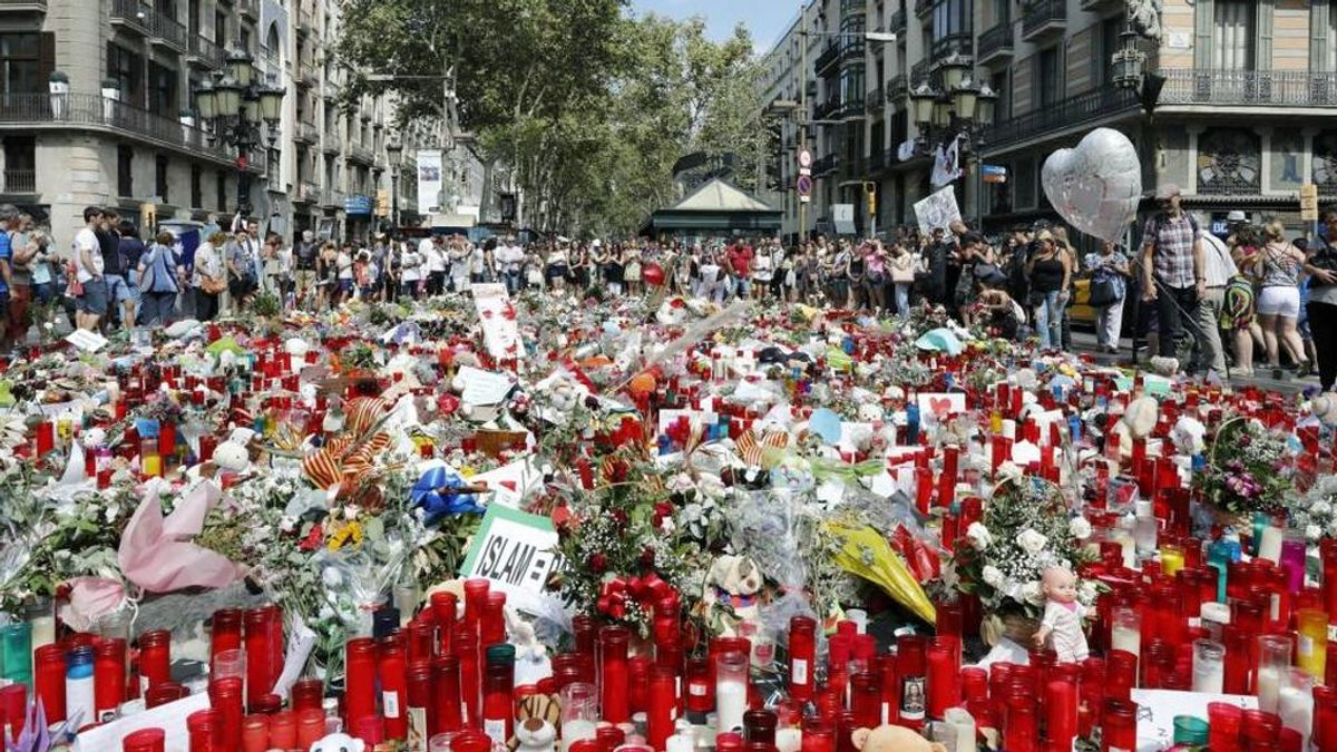 Flores por los fallecidos en el atentado de Barcelona