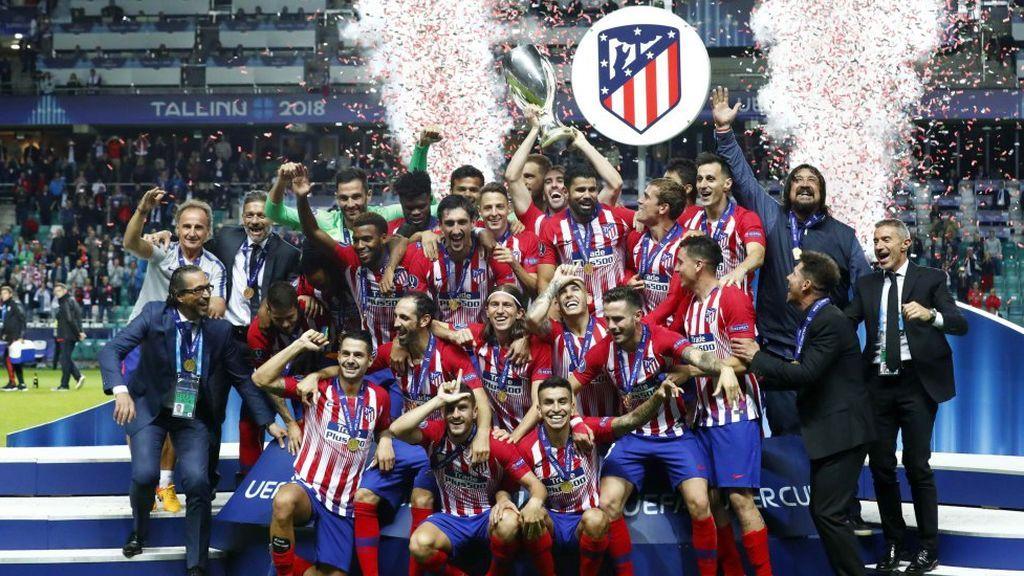 Los jugadores y técnicos del Atlético de Madrid celebran la Supercopa de Europa conquistada en Tallin al Real Madrid el 15 de agosto de 2018.