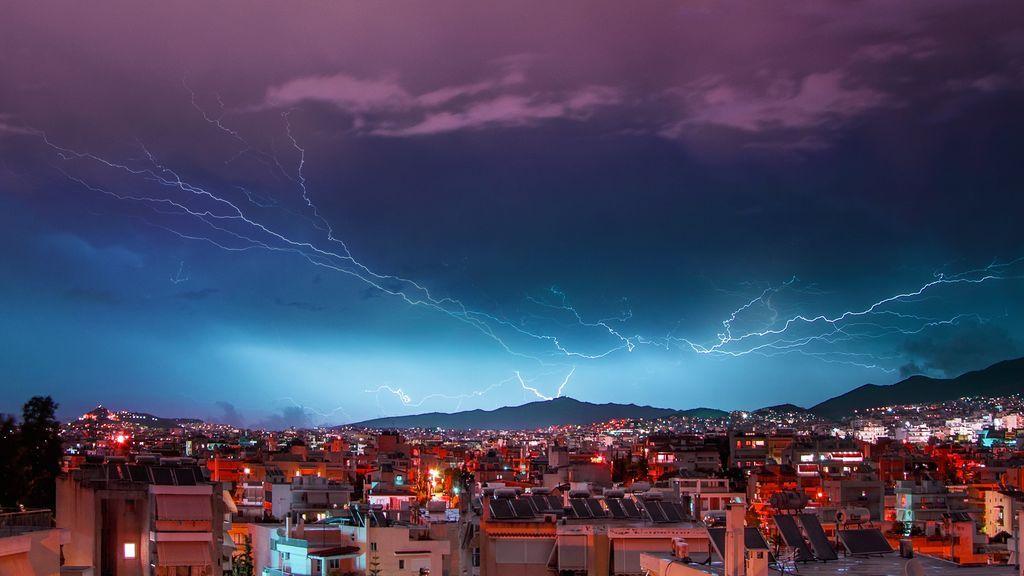Atención a las tormentas electricas en media España: qué hacer si te pilla dentro de casa