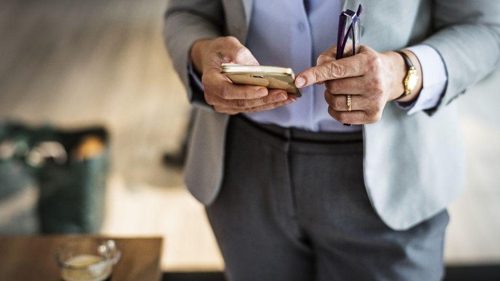 ¿Merece la pena ser jefe? Los más pendientes al móvil en la playa