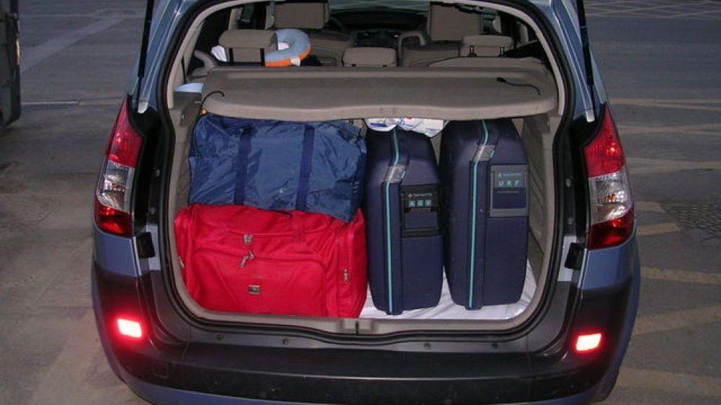 Ojo con llenar el maletero a tope en vacaciones: un maleta puede convertirse en un proyectil