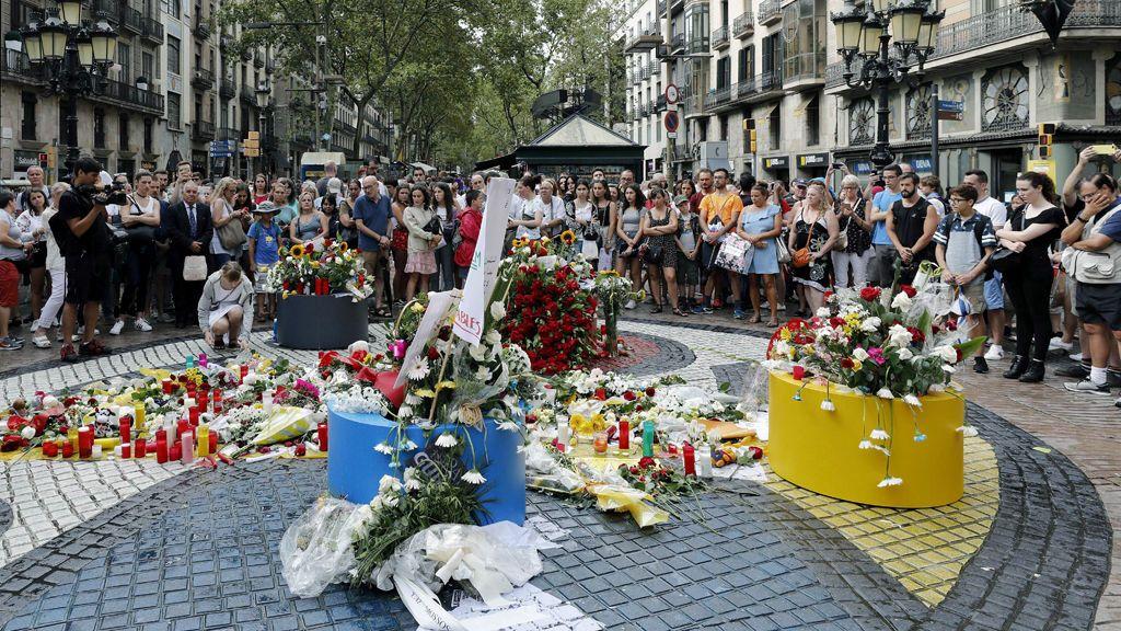 La ciudadanía lanza al cielo un mensaje de paz en recuerdo a las víctimas del 17A