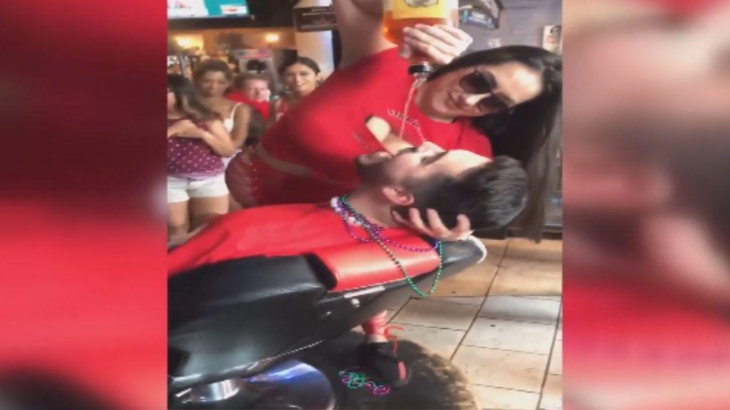 Una camarera agrede a una mujer tras recibir un fuerte azote