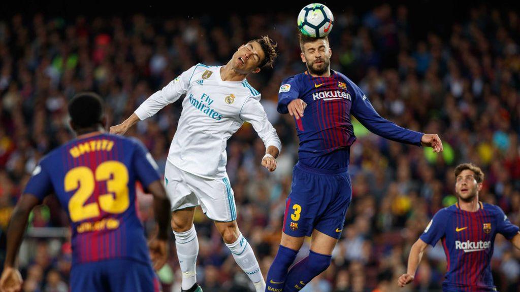 Cristiano Ronaldo y Gerard Piqué se disputan la posesión del balón en el clásico Barcelona-Real Madrid (2-2) de la 36ª jornada de la Liga Santander 2017-2018, que se disputó el 6 de mayo de 2018.