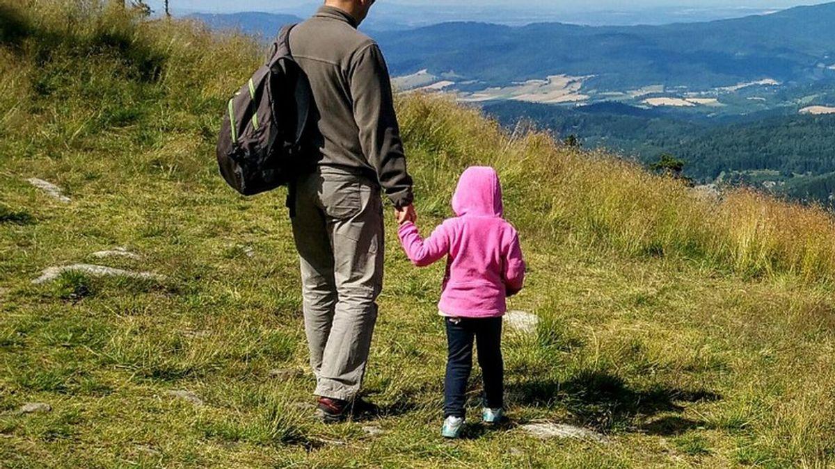 Un padre vende a su hija para pagar el tratamiento al que se tiene que someter su hermano gemelo