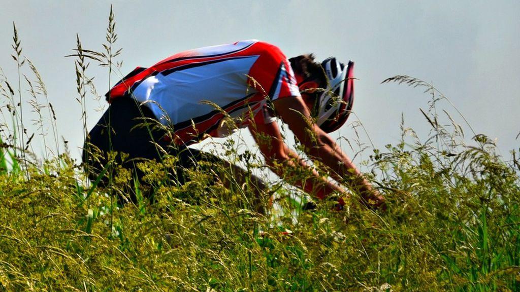 Un cazador dispara a un ciclista en una senda en La Rioja