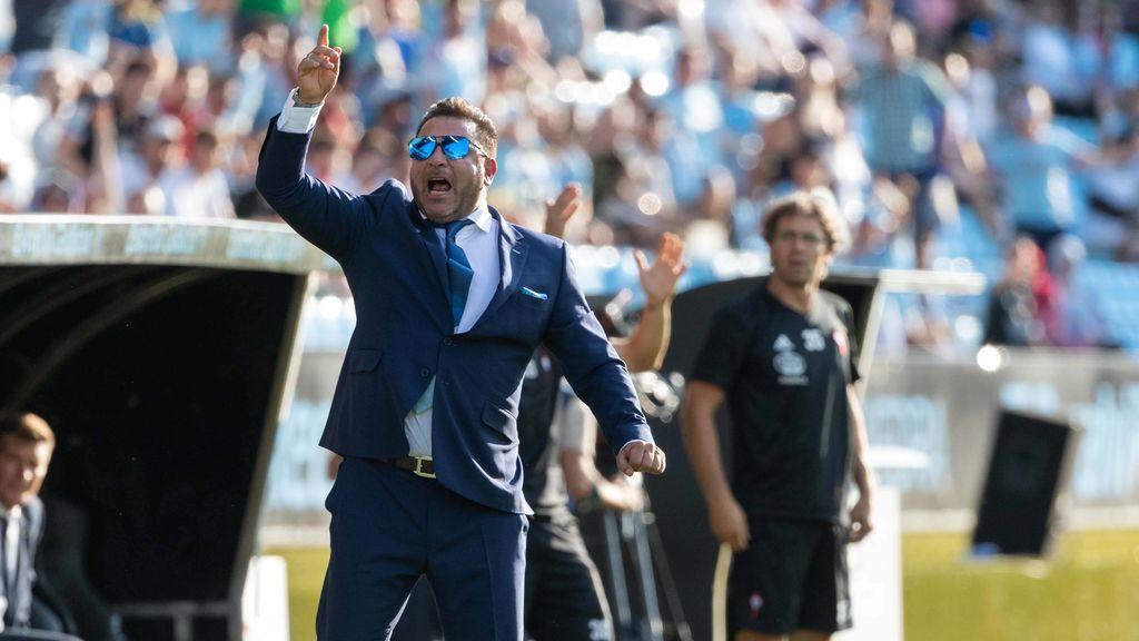 El viral balonazo de un recogepelotas del Celta a su propio entrenador que asustó hasta a Iago Aspas