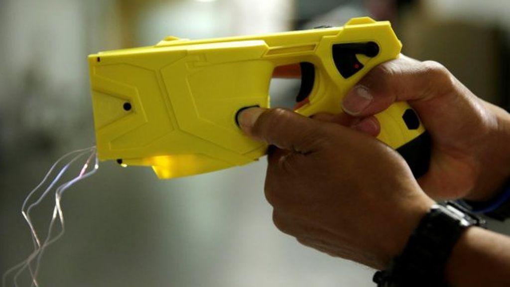 Estas son y así funcionan las pistolas eléctricas que piden los Mossos