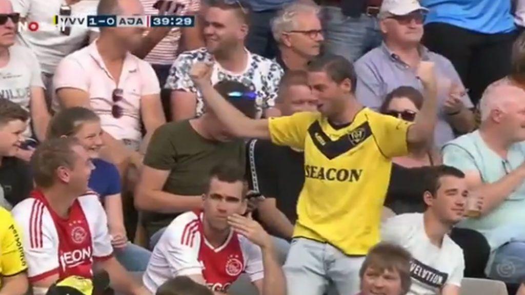 Celebra el gol en la cara de sus amigos, el VAR lo anula y se lleva un 'vacile' épico