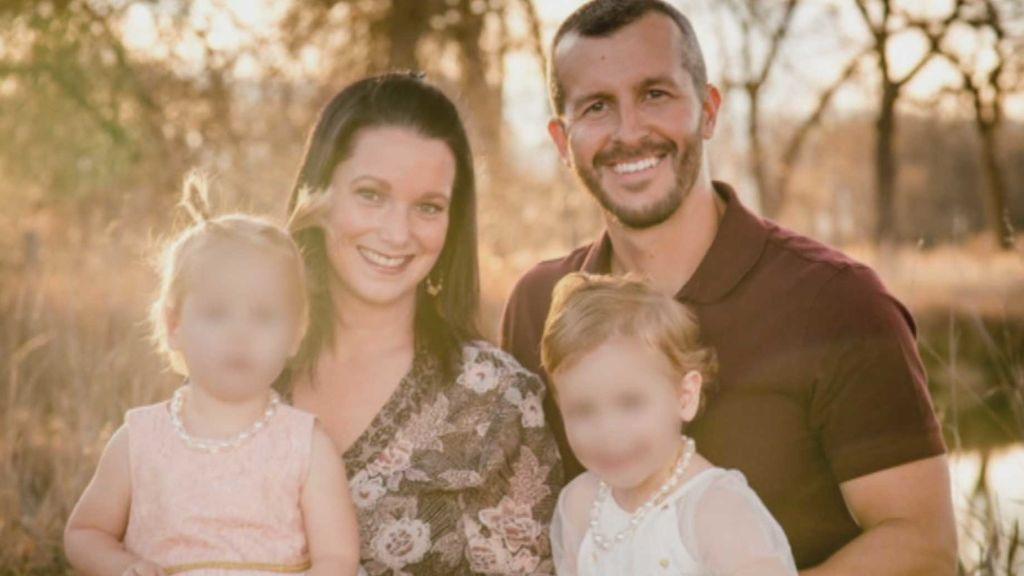 Lloraba por la desaparición de su familia y era el asesino de su mujer y sus hijas