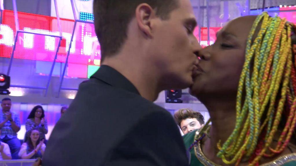 ¡Mamma mía! Christian Gálvez besa en la boca a Lucrecia