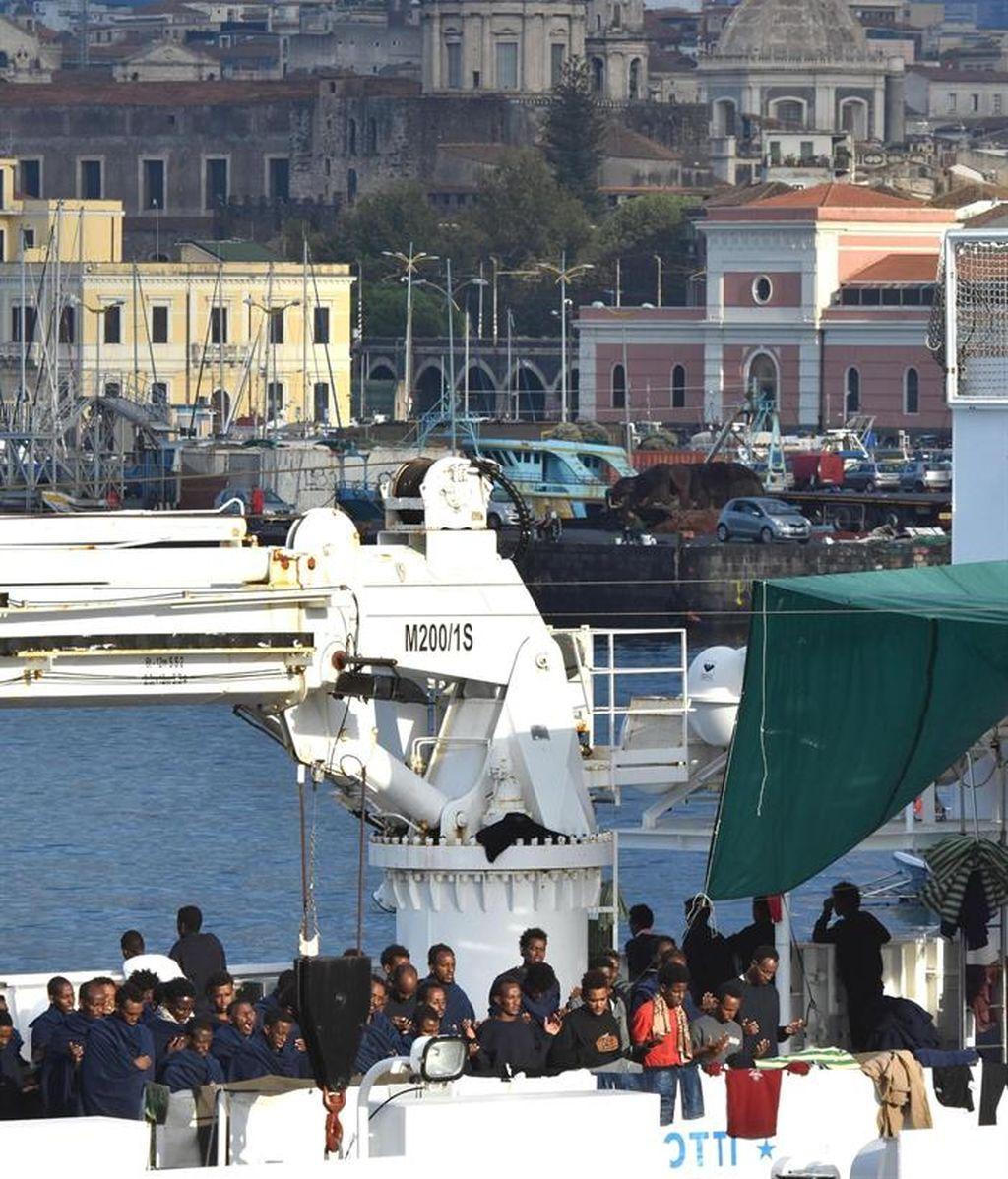 Cientos de inmigrantes esperan a poder desembarcar