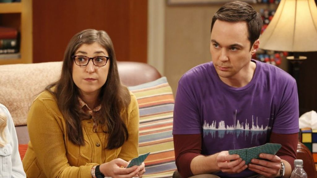 Mayim Bialik (Amy) y Jim Parsons (Sheldon), en la 11ª temporada de 'The big bang theory'.
