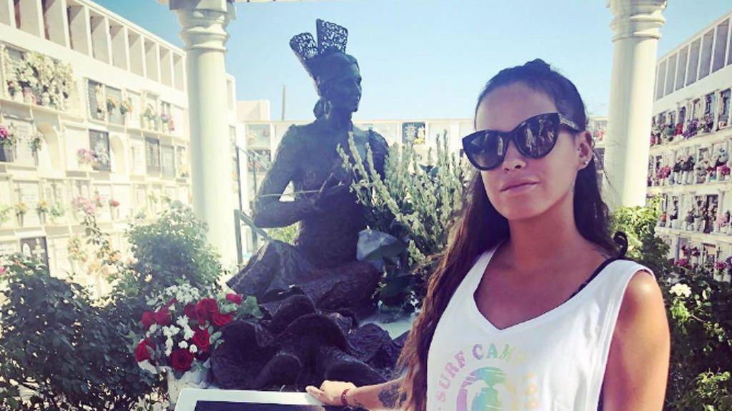 Gloria Camila posa en la tumba de su madre y lanza una 'pullita' a Rocío Carrasco