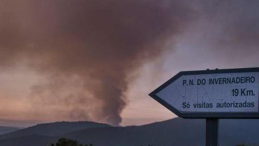 El parque natural de O Invernadoiro arde y el culpable podría ser esta vez un rayo