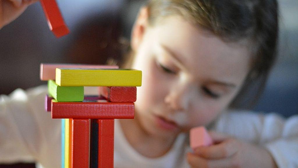 Una niña jugando.