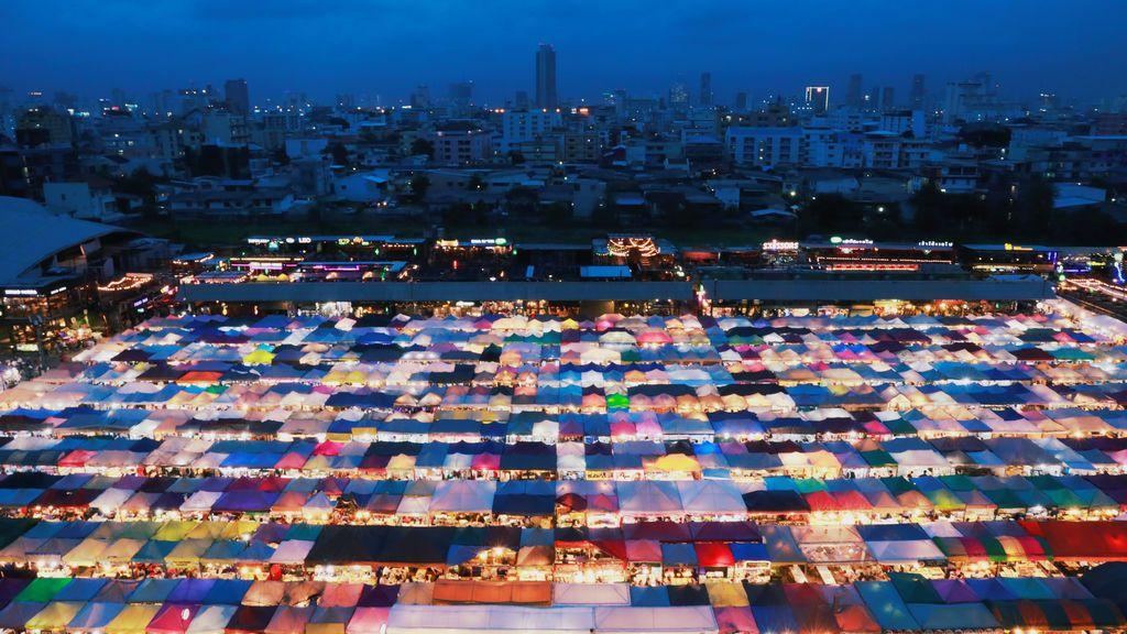 El mercado iluminado de noche