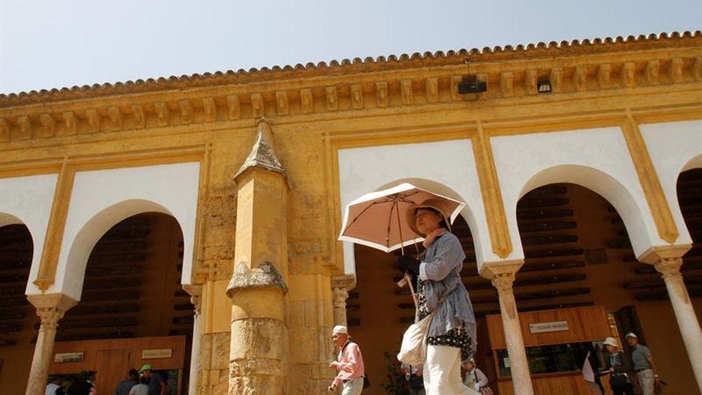 Una turista se protege del sol en una calle de Córdoba