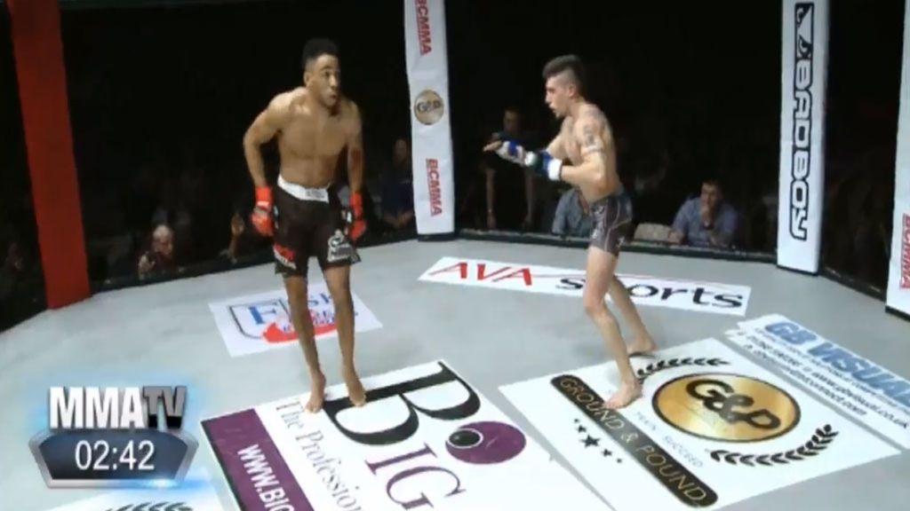 Un luchador de la MMA vacila a su rival bailando en medio del combate y acaba noqueado
