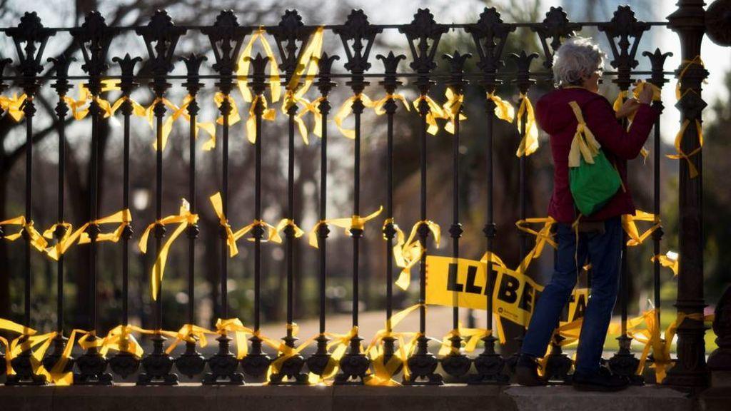 Rompen  la nariz a una mujer por quitar lazos amarillos de Barcelona