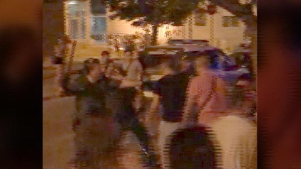 Dos heridos y un detenido es el balance de una multitudinaria batalla campal en Valencia