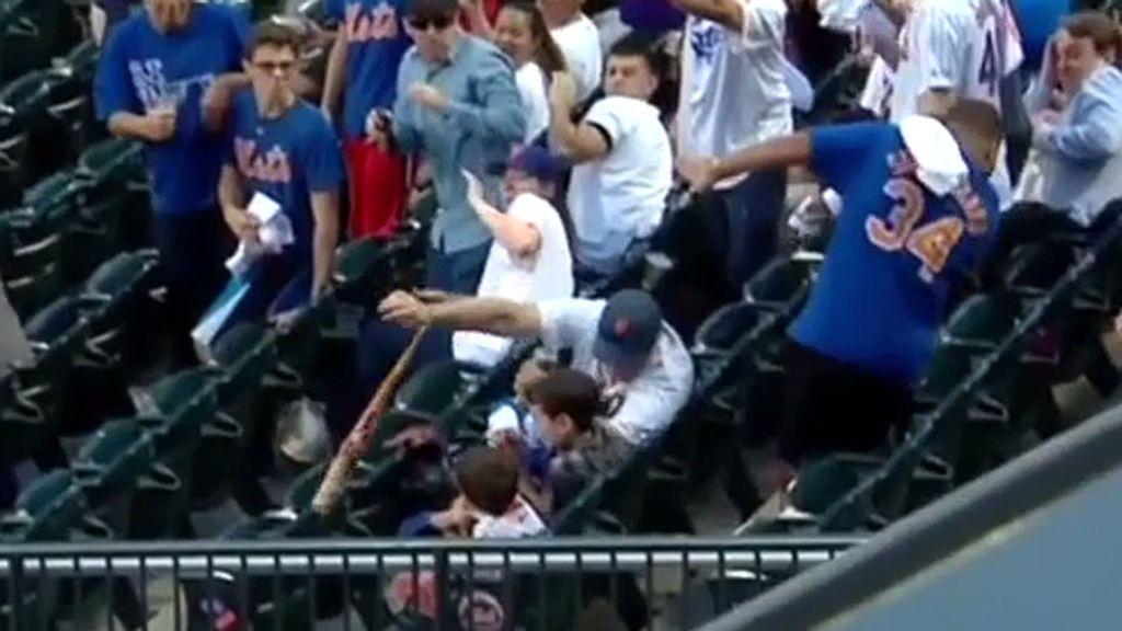 Salva a sus dos hijos de ser golpeados por un bate de béisbol roto que volaba a gran velocidad hacia los pequeños