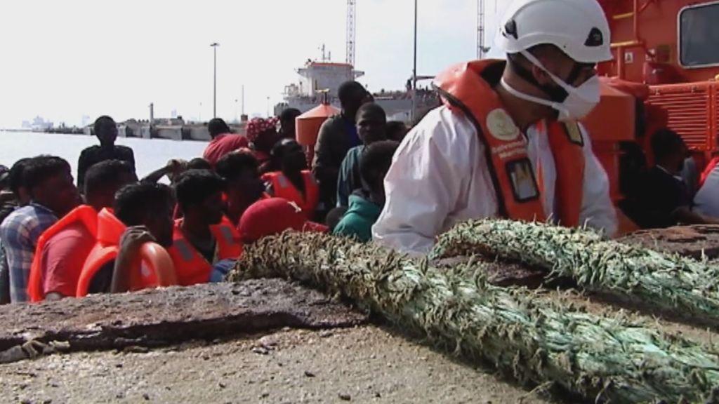 Bote con inmigrantes sorprende al llegar a playa de España