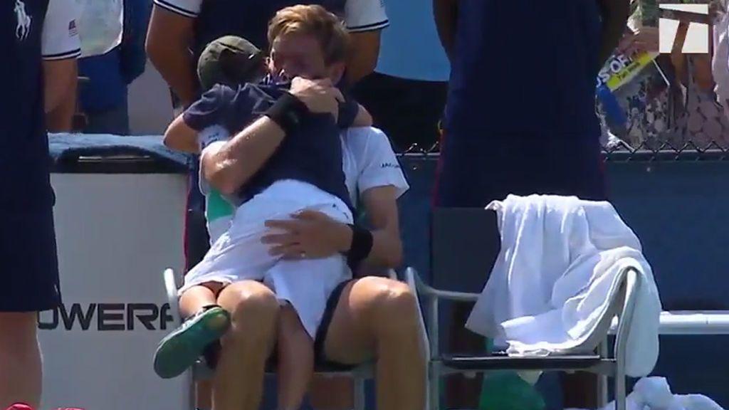 El hijo de Nicolás Mahut, tenista francés, invade la pista para consolar a su padre tras su derrota en el US Open 😍