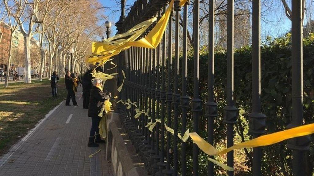 La mujer agredida mientras quitaba lazos amarillos denuncia los hechos a la Policía