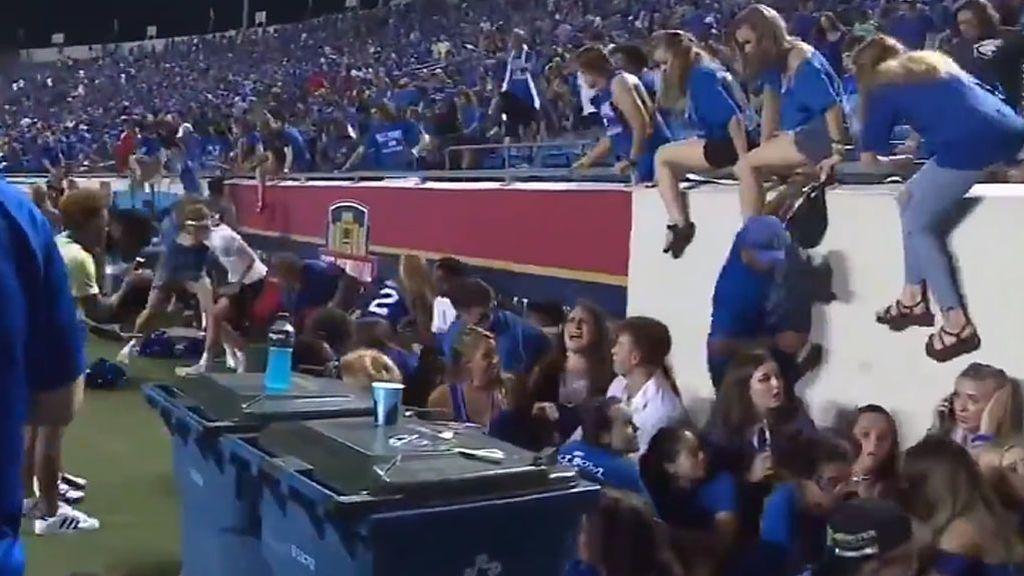 La reacción de pánico de todo un estadio en EEUU al escuchar un 'disparo' durante una pelea